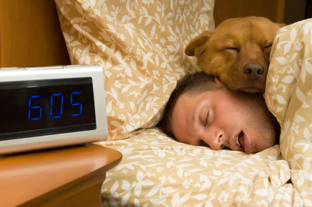 es bueno dormir con el perro